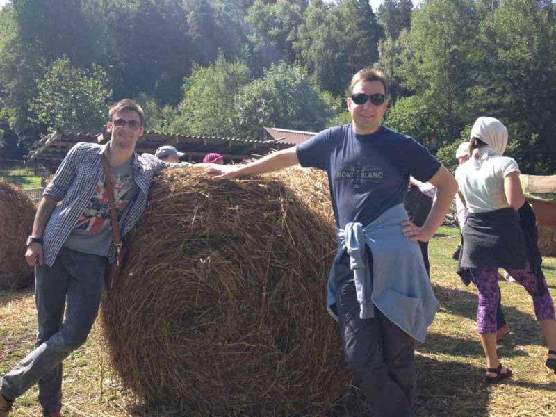 Столичные парни прикасаются к сельской жизни.
