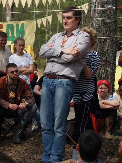 Владимир Виноградов демонстрирует силу притяжения Земли.