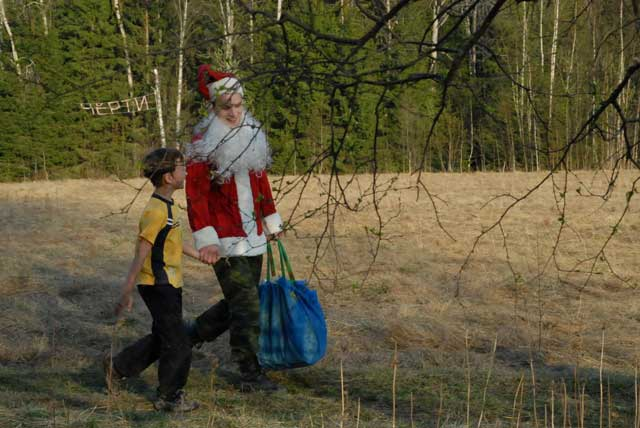 Летом Дед Мороз живет в лесу с Чертями