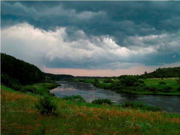 Ночевала тучка голубая над рекой, туманы развлекая...