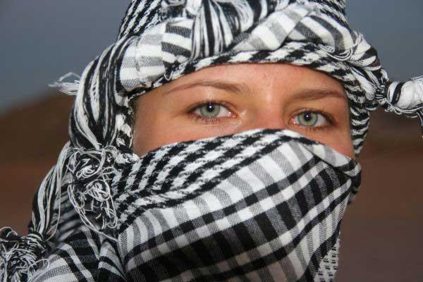 Печаль и величие пустыни отражены в её глазах