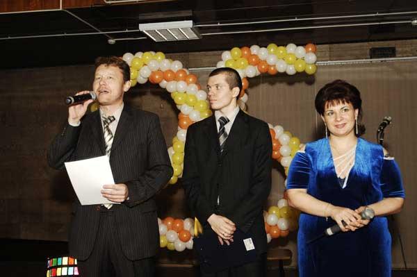 Приз победителю вручает главный победитель - Дмитрий Устинов