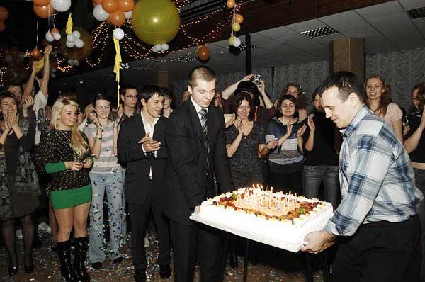 Один торт с 25-тью свечками