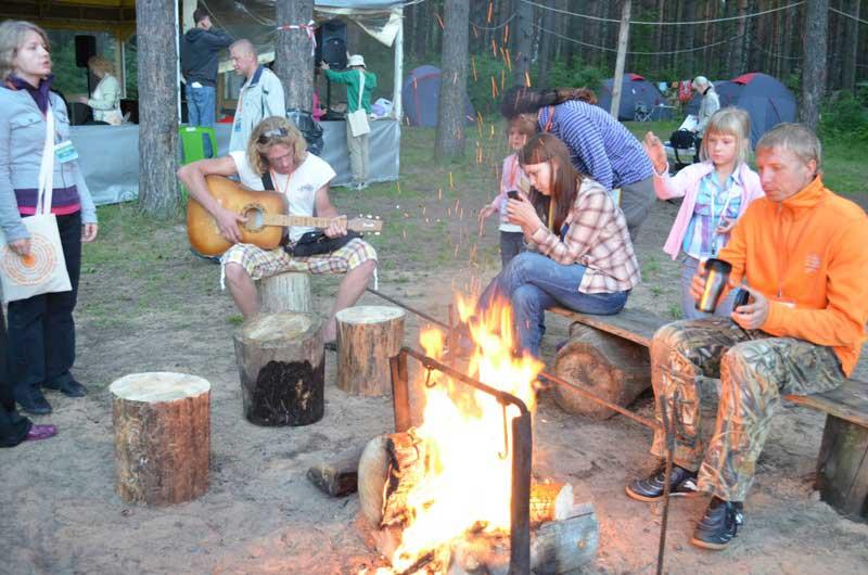 Какой же лес без костра и гитары?