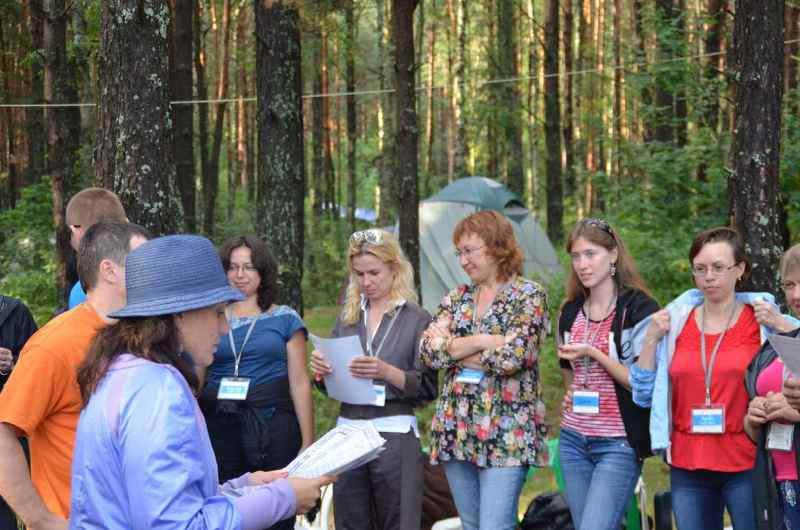 Ольга Паратнова вручает сертификаты.