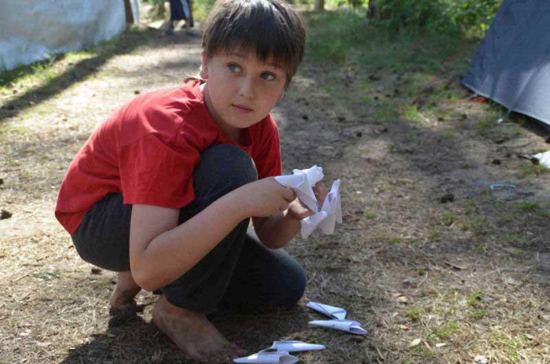 Юный Росомаха отращивает бумажные когти.