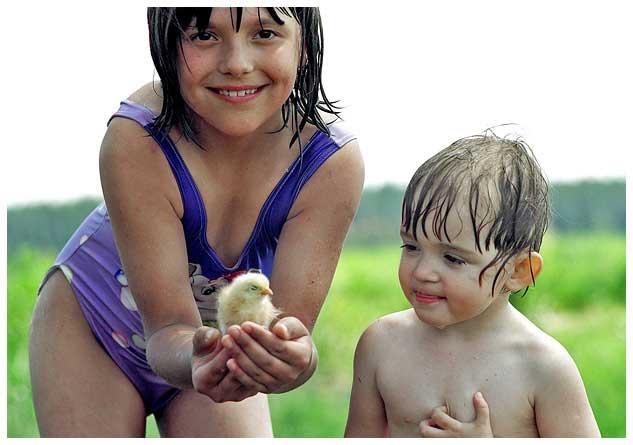Дети с цыпленком