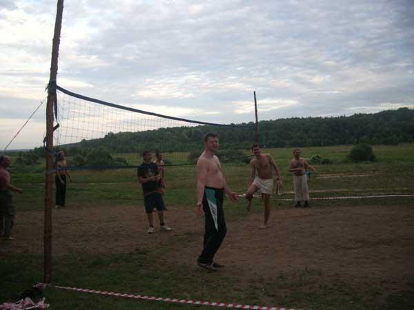 Ведущие в свободное от тренинга время с удовольствием развлекались волейболом.