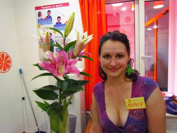 Классика жанра: девушка и цветы.