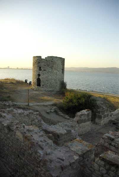 Заброшенная каменная башня молчала о несбывшихся мечтах...